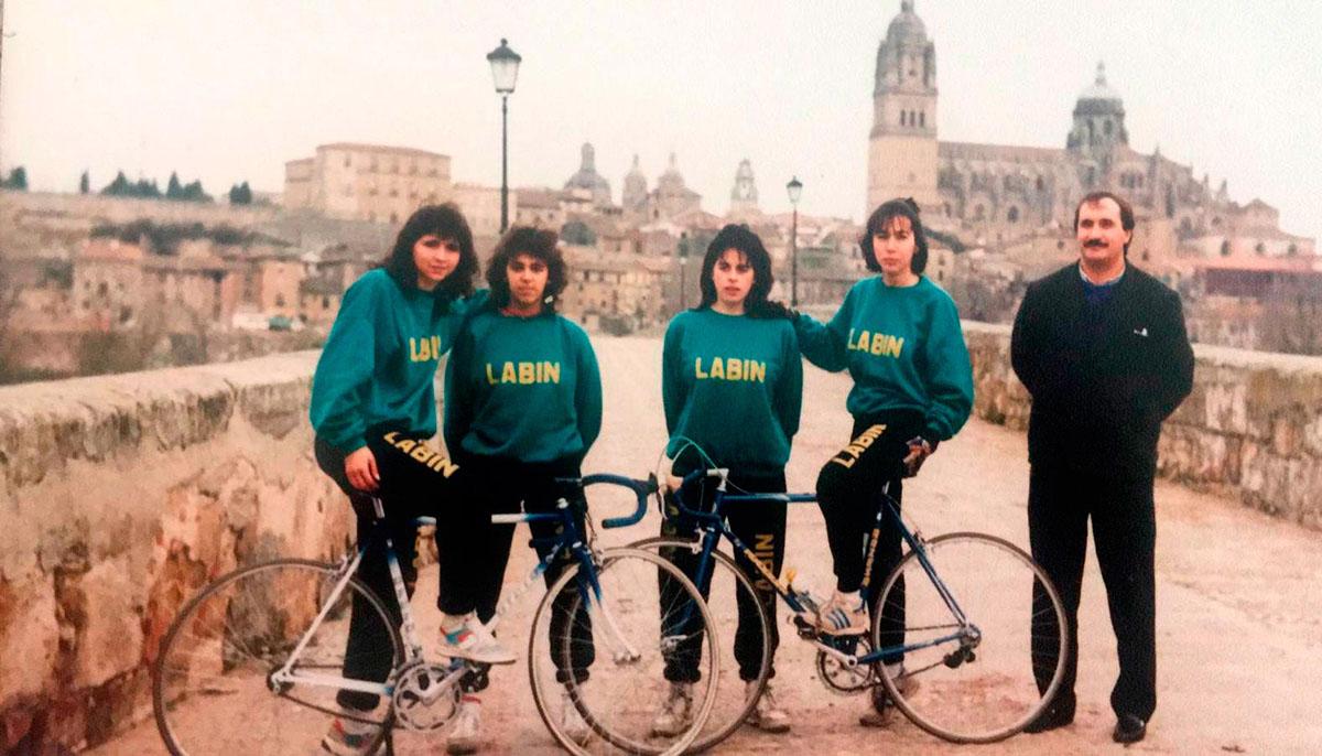 1988 la foto tradicional en el puente romano de Salamanca con Marita, Pilar, Eli.